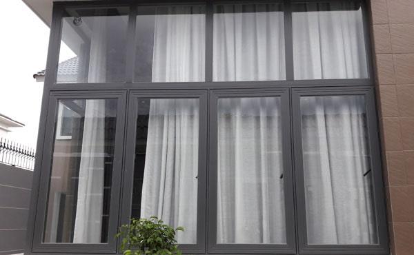 Cửa sổ mở quay có khung kính trên