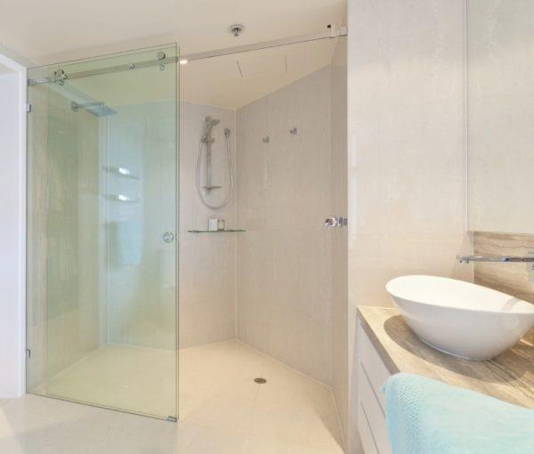 Mẫu cửa kính cường lực hệ mở lùa ứng dụng trong phòng tắm