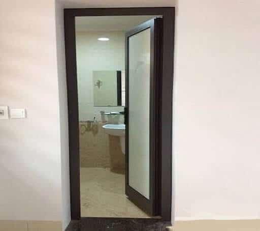 Mẫu cửa nhôm nhà vệ sinh màu vân gỗ