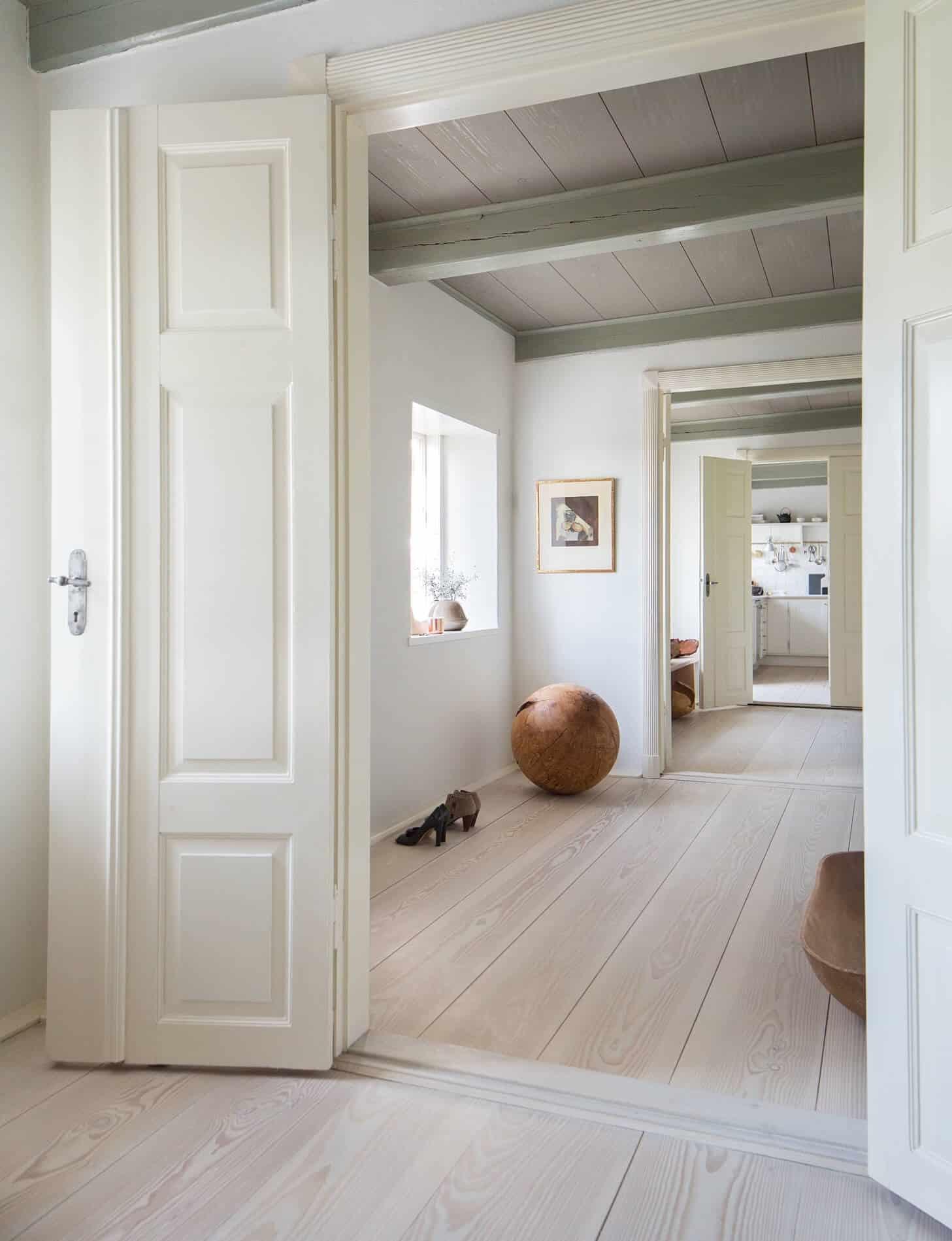 Thiết kế cửa tối giản nhưng hiện đại, sang trọng