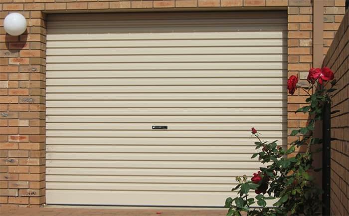 Đối với các căn nhà mặt tiền, cửa cuốn là loại cửa được khuyên dùng.