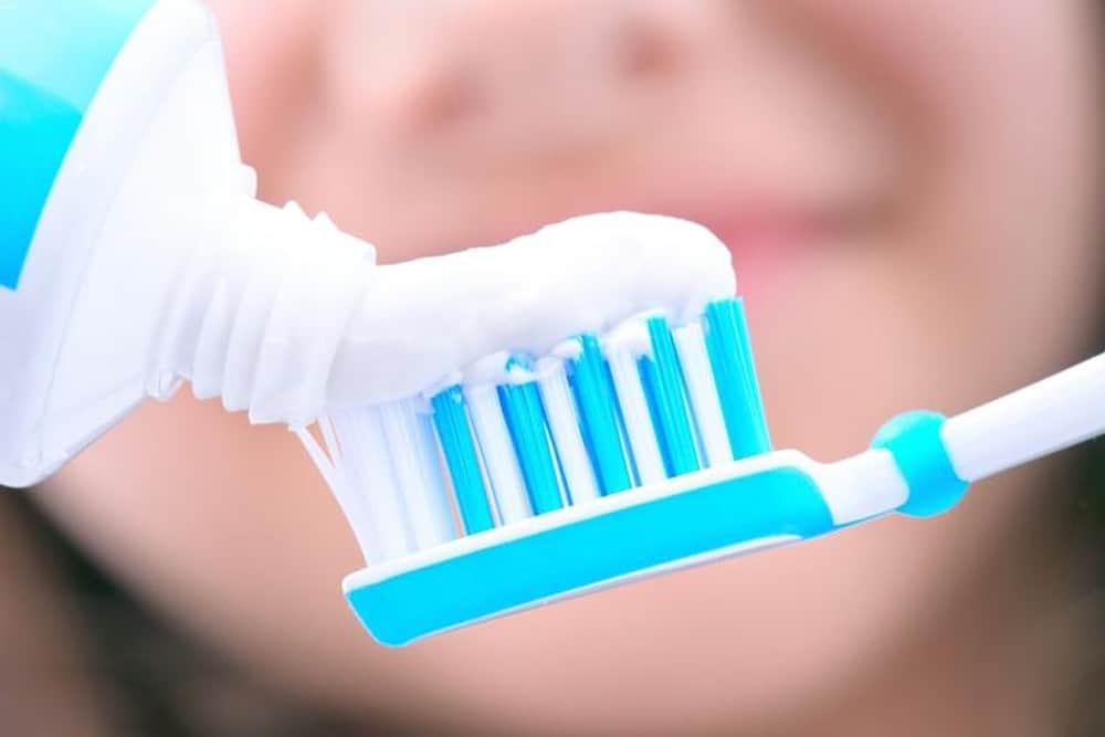 cách làm mờ vết xước trên kính bằng kem đánh răng