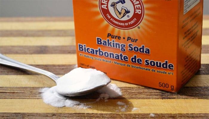 cách làm mờ vết xước trên kính bằng baking soda