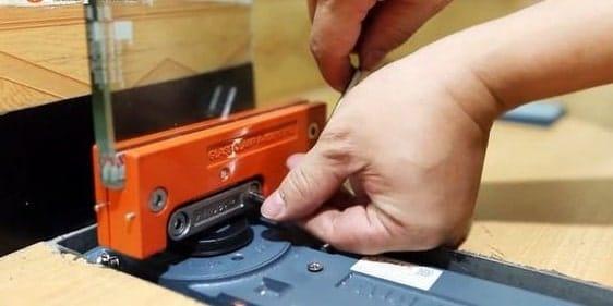 cách tháo bản lề cửa kính cường lực