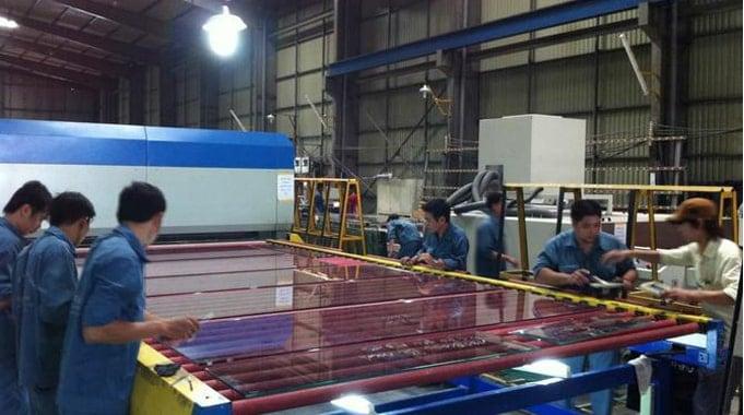 Công nhân đang tiến hành cắt kính cường lực