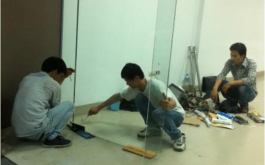 Cách khắc phục tình trạng cửa kính cường lực bị kẹt