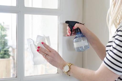 Sửa dụng khăn trắng hoặc bông lau khi vệ sinh cửa nhựa lõi thép
