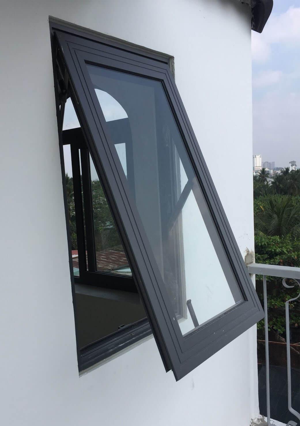 Cửa sổ mở hất mang nét tinh tế cho ngôi nhà