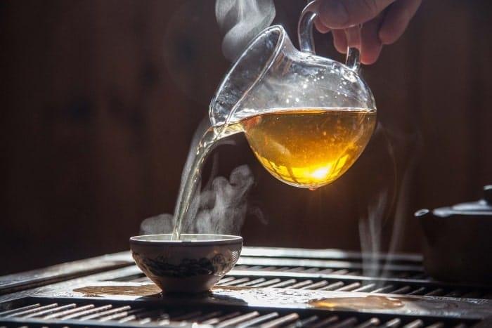 Dùng trà nóng để khử mùi phòng