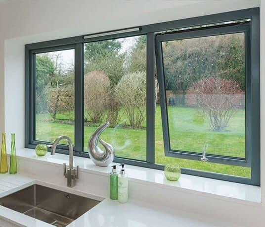 Cửa sổ nhôm mở hất phòng bếp cho không gian rộng rãi.