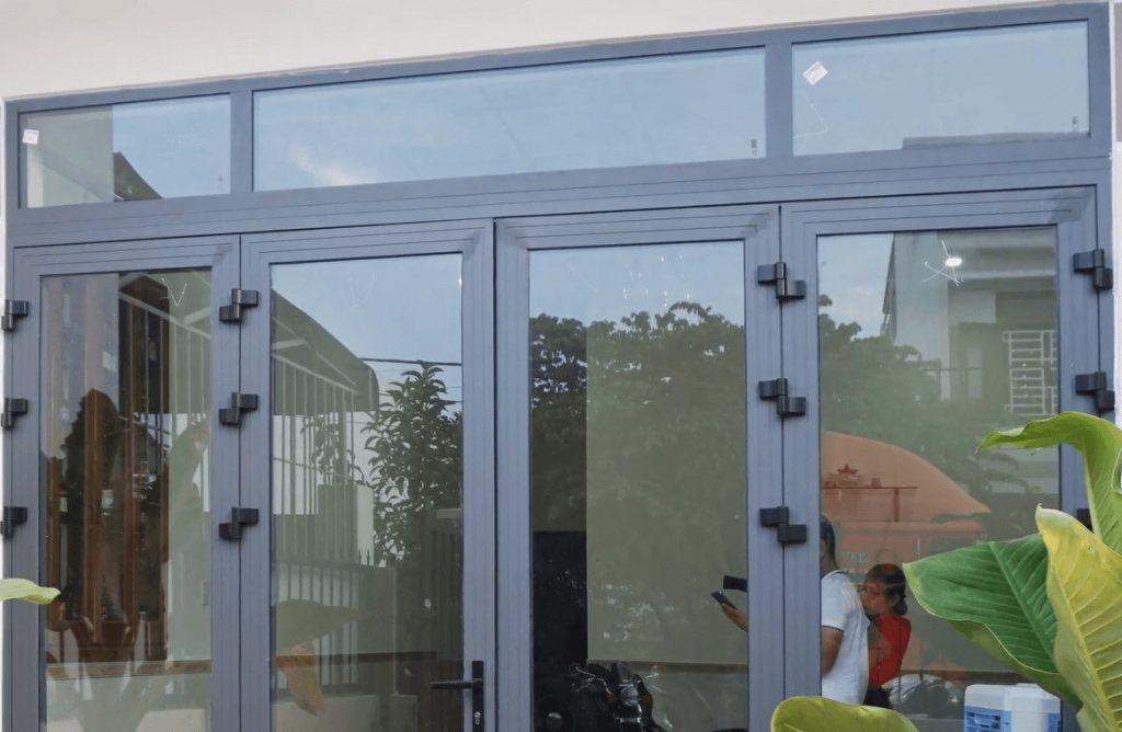 Công trình cửa nhôm Xingfa HCM 4 cánh kết hợp vách kính phía trên của anh Phát