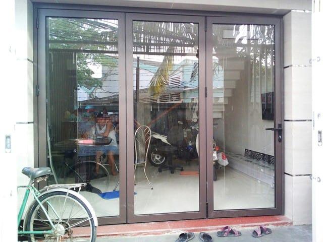 Cửa nhôm Xingfa HCM 3 cánh mở quay kính trong suốt