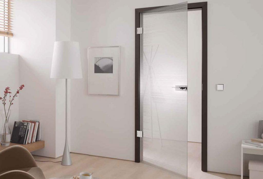 Mẫu cửa kính cường lực 1 cánh đi mở quay phòng ngủ