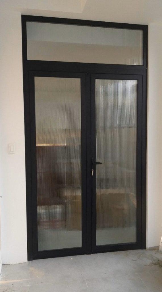 Mẫu cửa nhôm Xingfa 2 cánh phòng họp có vách ngăn kính phía trên