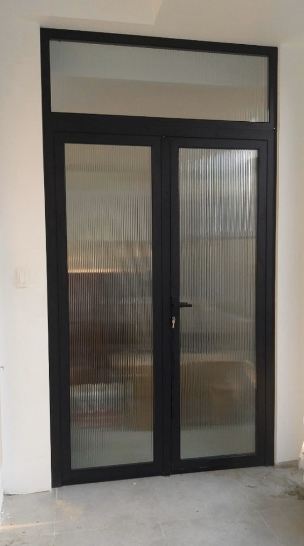 Mẫu cửa đi nhôm kính Xingfa 2 cánh phòng khách