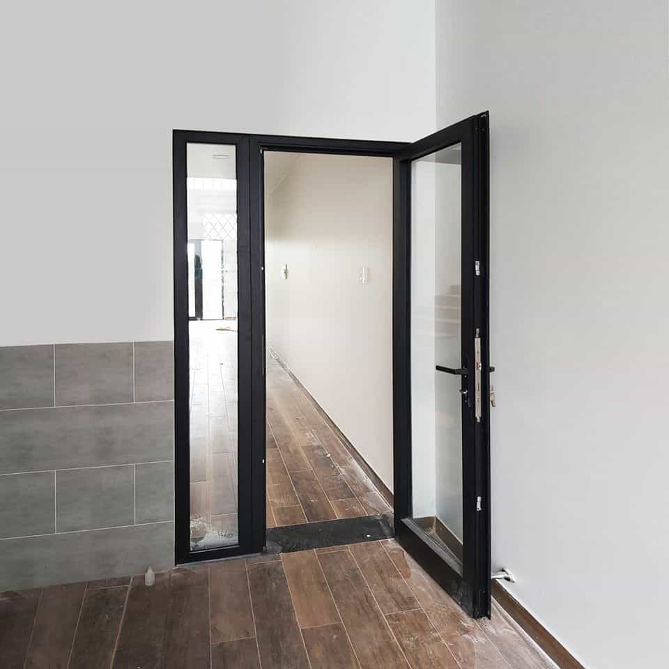 Mẫu cửa nhôm Xingfa 1 cánh phòng ngủ màu đen với tỷ lệ kính gần 100%