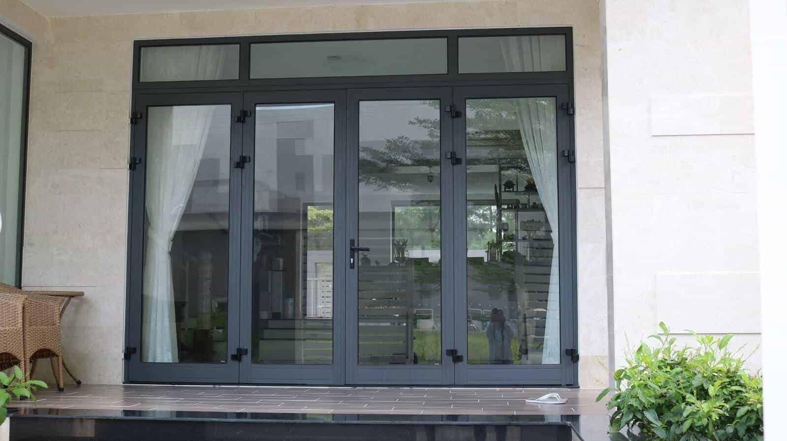 mẫu cửa chính 4 cánh nhôm mở quay hiện đại