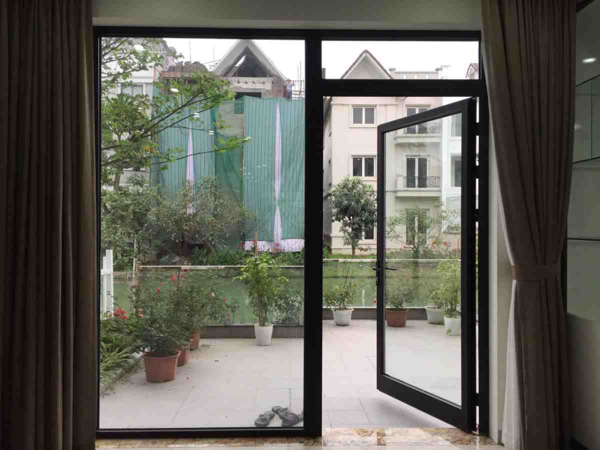 Cửa chính 1 cánh làm bằng cửa nhôm Xingfa