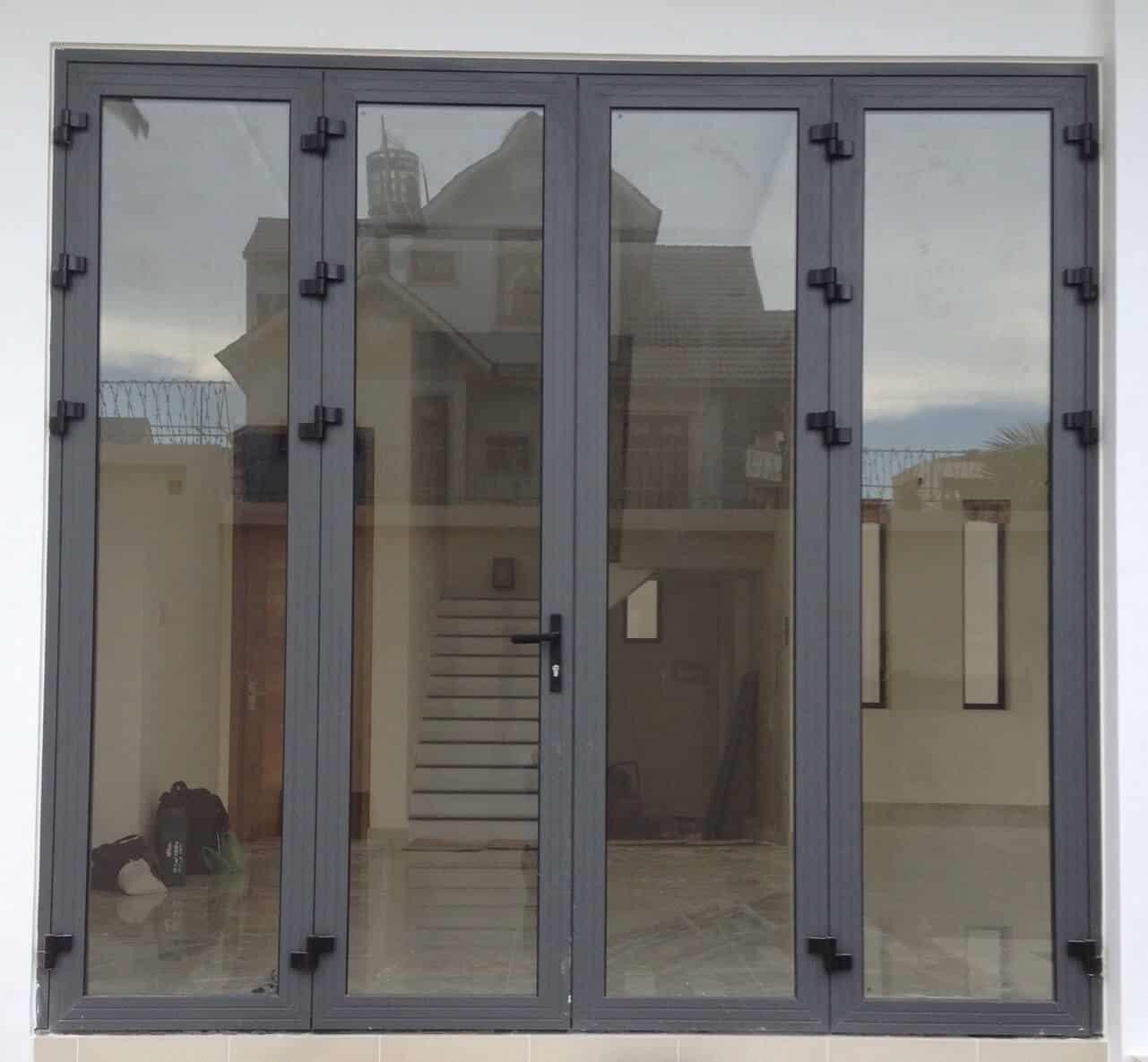Kiểu cửa chính đẹp 4 cánh làm bằng nhôm Xingfa