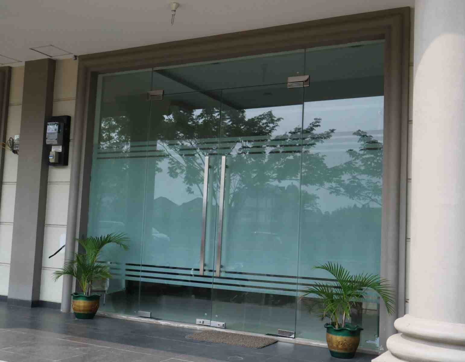 Cửa kính cường lực thường được sử dụng làm cửa chính vì có nhiều ưu điểm nổi bật