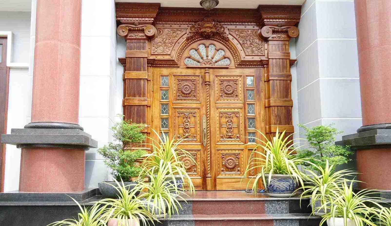 Gỗ là vật liệu làm cửa chính từ xa xưa với nhiều ưu điểm nổi bật